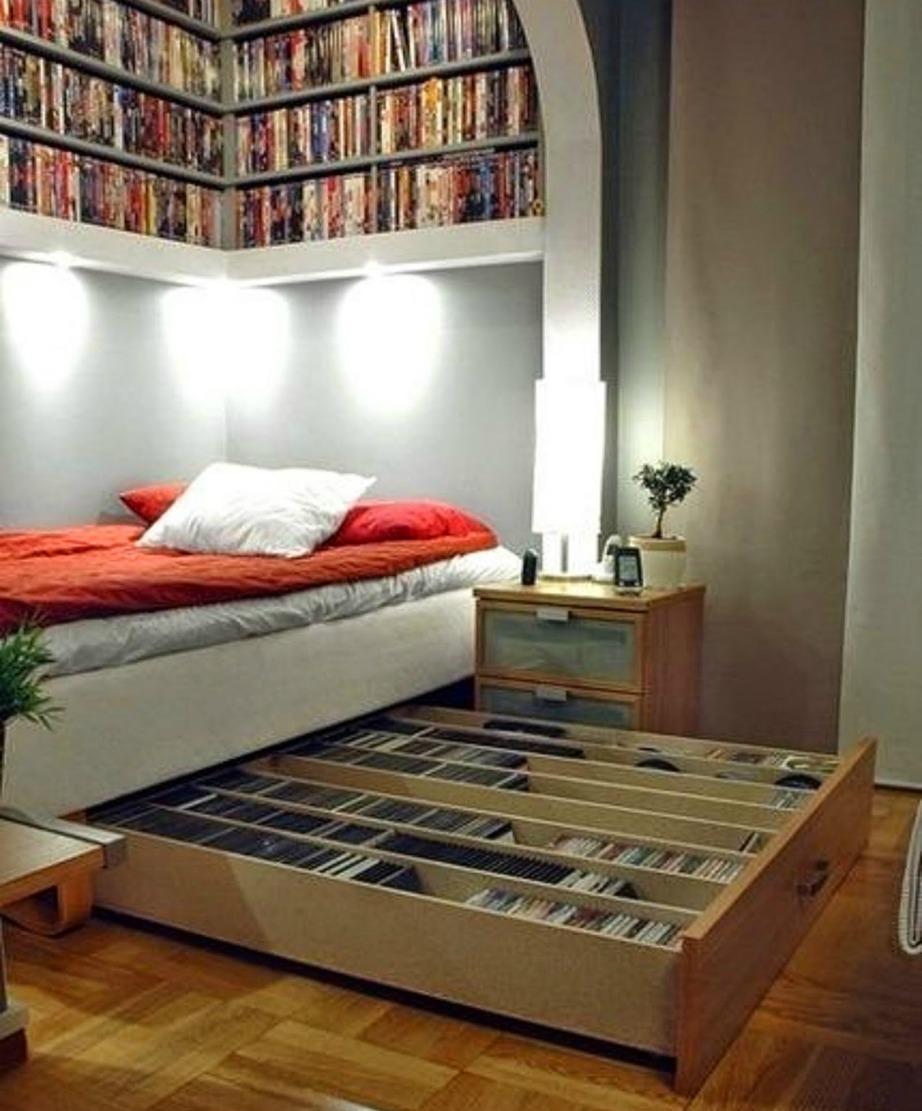 Αν σας αρέσει να βλέπετε ταινίες ξαπλωμένοι στο κρεβάτι, τότε φτιάξτε τη δική σας ταινιοθήκη ακριβώς κάτω από το κρεβάτι σας.