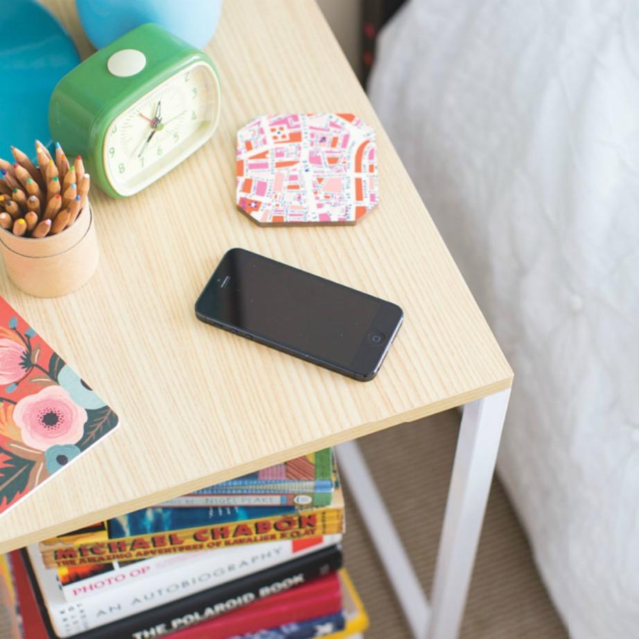 Ένα κομοδίνο που μπορεί να φορτίζει ανά πάσα στιγμή το κινητό σας είναι σπουδαία υπόθεση.