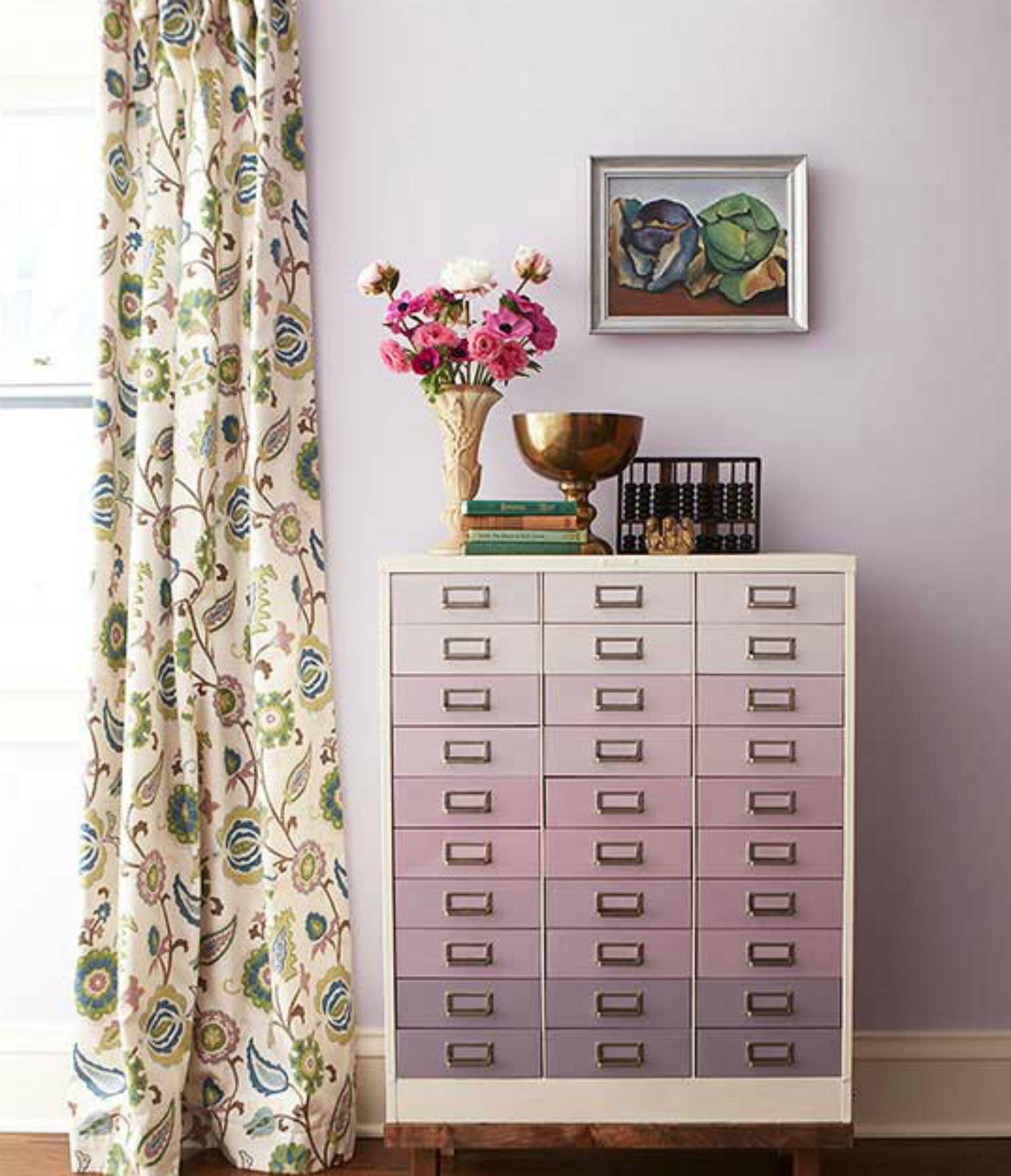 Αν έχετε μια απλή βαρετή συρταριέρα σκεφτείτε να τη βάψετε όμπρε.