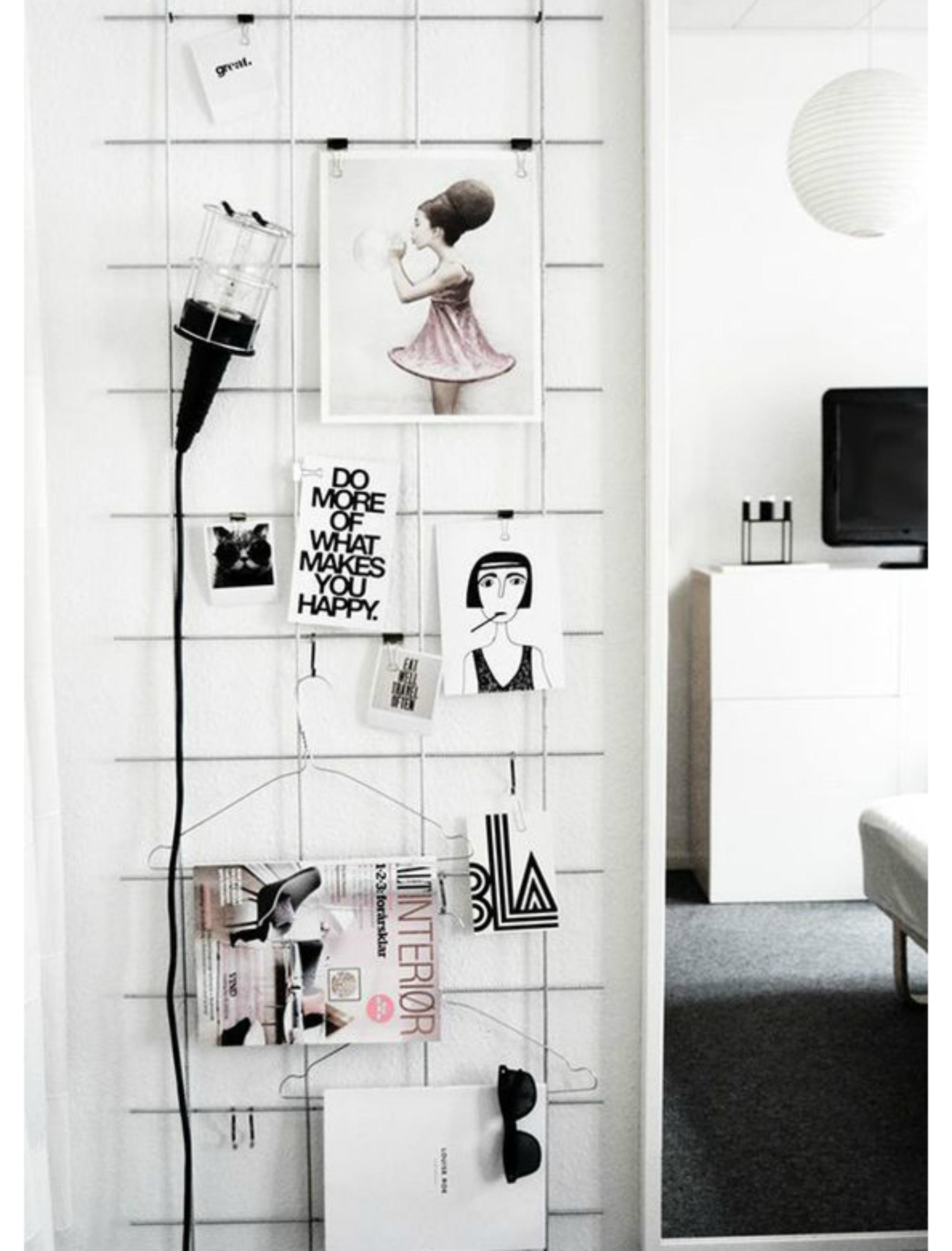 Αυτή η μεταλλική σχάρα είναι πολύ βολική για να κρεμάτε διάφορα αντικείμενα στο δωμάτιό σας.