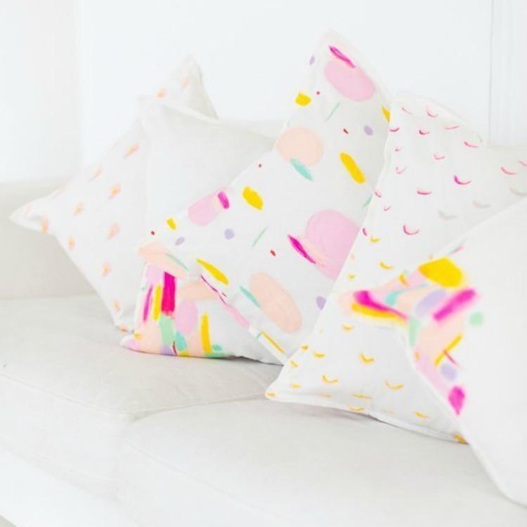 Φτιάξτε αυτά τα υπέροχα πολύχρωμα μαξιλάρια χρησιμποιώντας βαφές για ύφασμα.