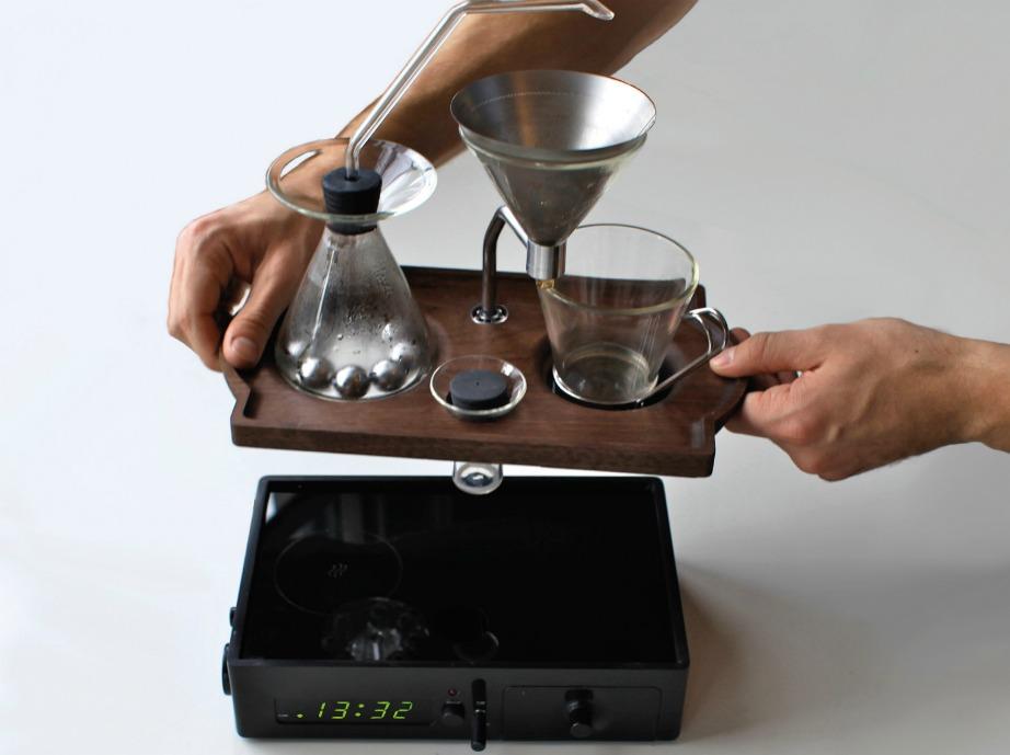 Αυτό το ξυπνητήρι δύσκολα θα το πετάξετε στον τοίχο όταν σας ξυπνήσει. Ο λόγος; Γιατί πολύ απλά θα σας σερβίρει και τον αγαπημένο σας καφέ.