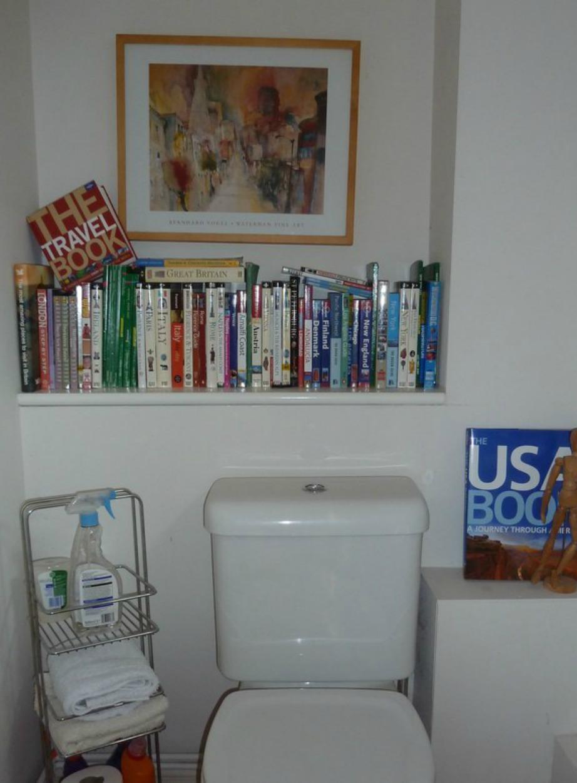 Αν επισκεφτείτε ένα βρετανικό μπάνιο υπάρχει μεγάλη πιθανότητα να βρείτε εκεί μέσα διάφορες συλλογές λογοτεχνικών βιβλίων.