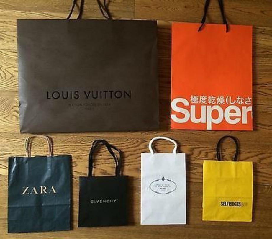 Οι Βρετανοί δεν συνηθίζουν να πετάνε τις τσάντες από καλά καταστήματα ρούχων.
