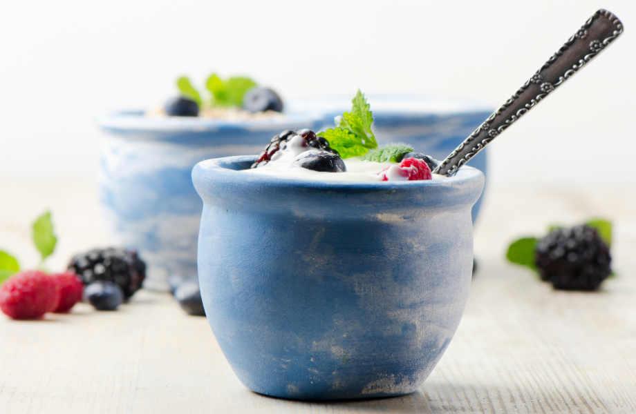 Δε σας αρέσουν οι φράουλες; Συνοδεύστε το παγωμένο γιαούρτι με φρέσκα φρούτα της αρεσκείας σας.