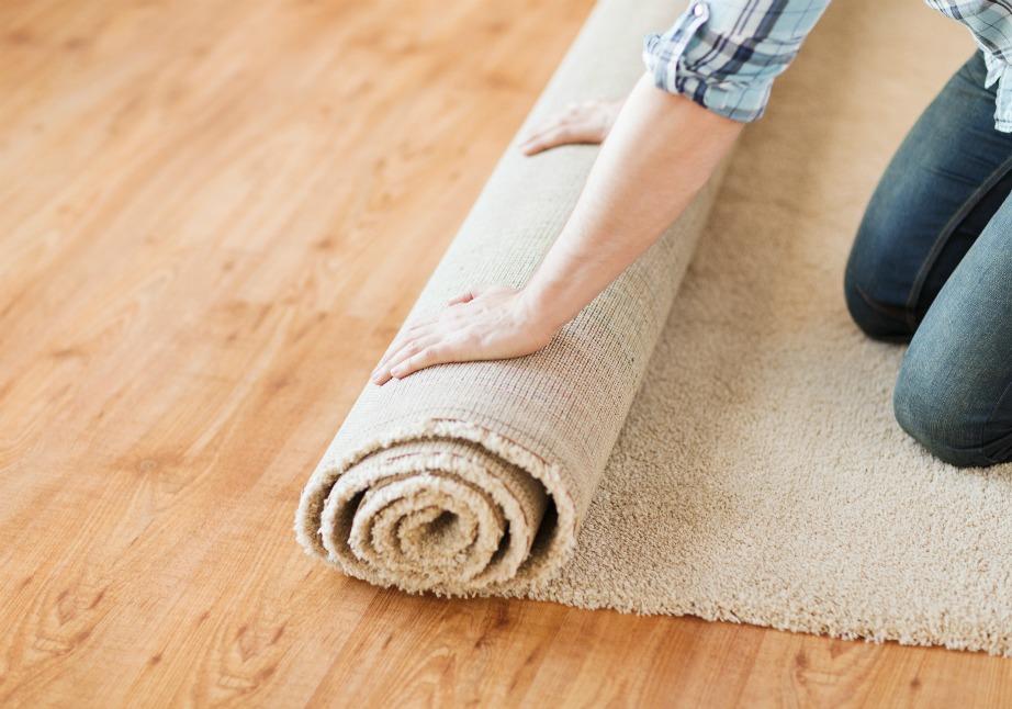 Είναι πολύ σημαντικό να τυλίγετε το χαλί σας με χαρτί περιτυλίγματος πριν τα βάλετε μέσα σε πλαστικά σελοφάν και σακούλες.