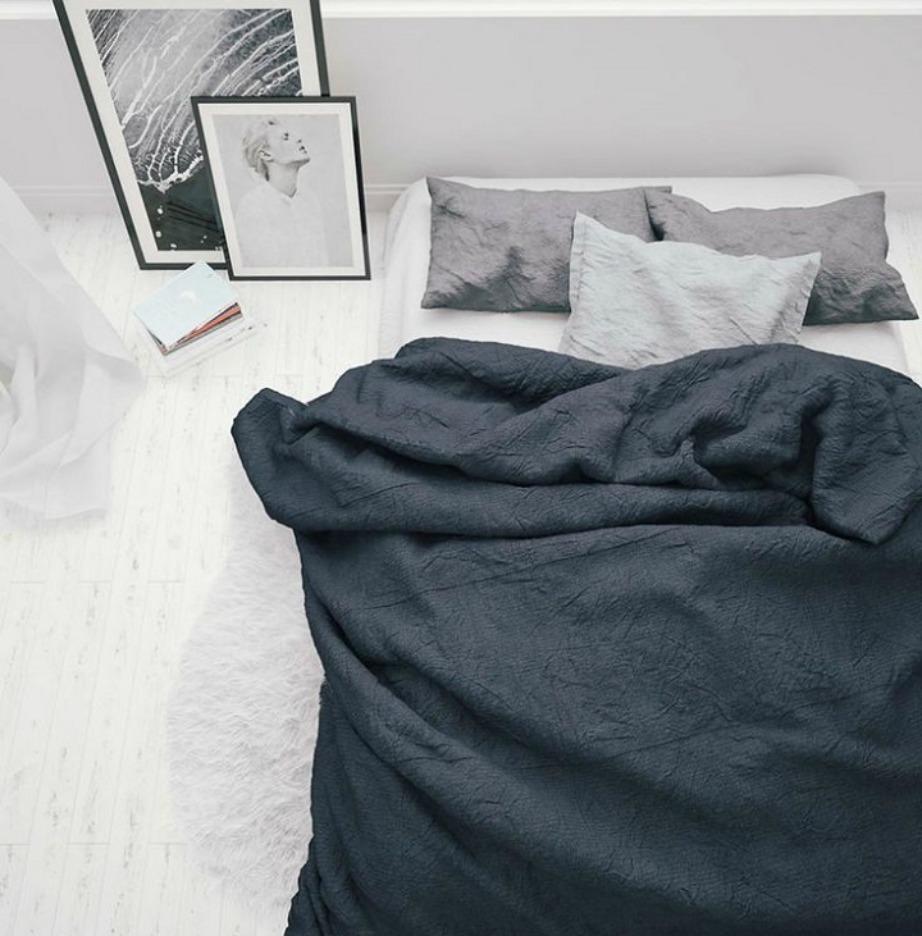 Ο όγκος στο κρεβάτι δίνει πολυτελή νότα στον χώρο.