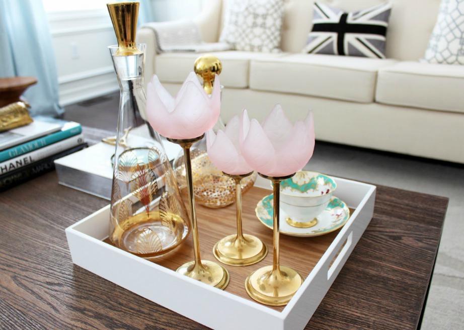 Ένα ωραίο γυάλινο μπουκάλι και μερικά πρωτότυπα ποτήρια αποτελούν μια ωραία ιδέα διακόσμησης του τραπεζιού του σαλονιού.