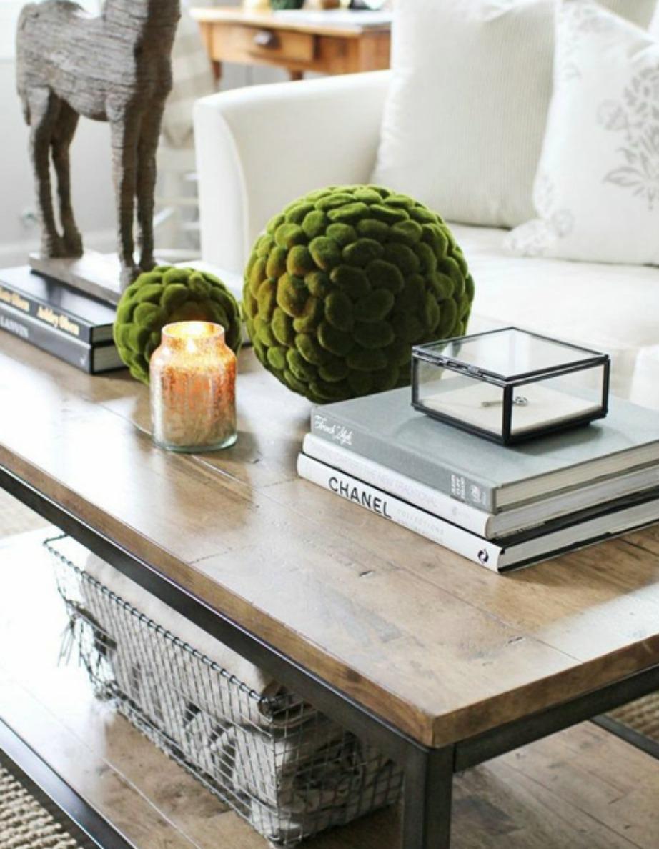 Ένα ωραίο καλάθι αποτελεί τον τέλειο αποθηκευτικό χώρο για το τραπεζάκι του σαλονιού σας.