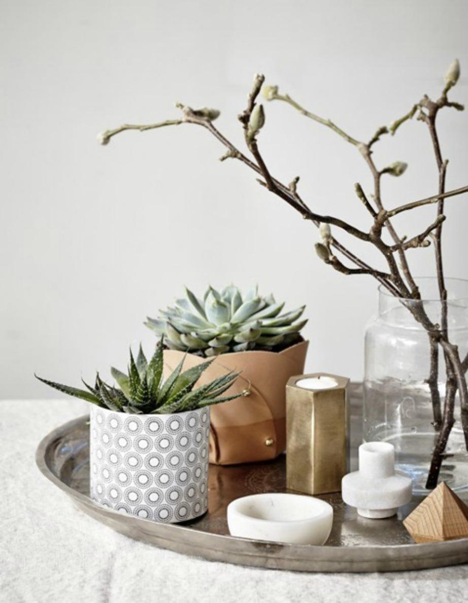 Διακοσμήστε ένα κυκλικό τραπέζι με διακοσμητικά σε σχήματα κυλίνδρων, κύκλων, σφαιρών.