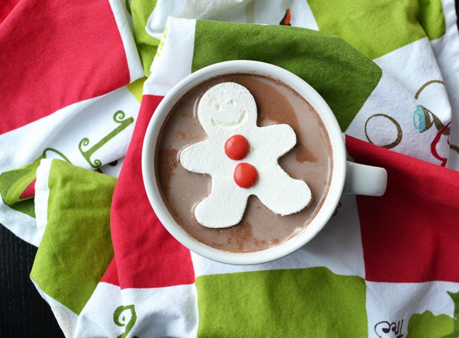 Φτιάξτε πηχτή σοκολάτα και βάλτε από πάνω ένα κουλουράκι σε χριστουγεννιάτικο σχήμα.