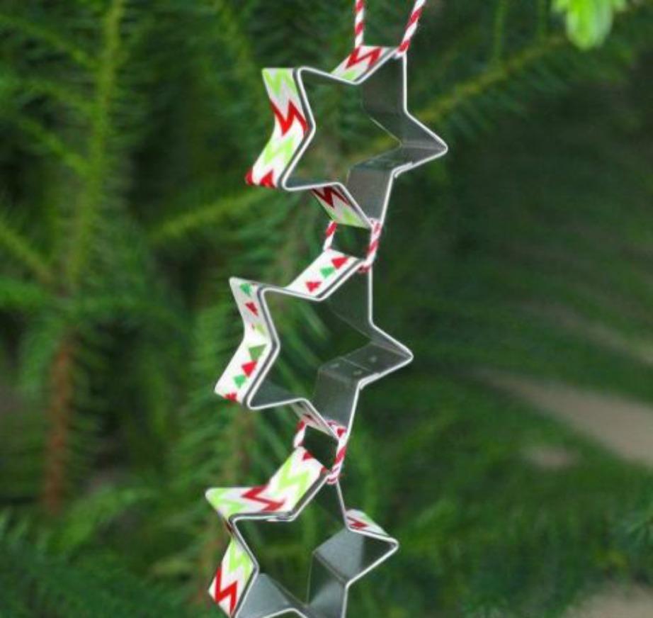 Ενωστε μεταλλικά σχέδια, βάλτε τους χριστουγεννιάτικη αυτοκόλλητη ταινία και διακοσμήστε με αυτά το δέντρο σας.