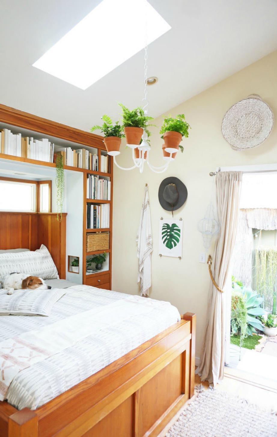 Το υπνοδωμάτιο έχει διακοσμηθεί έξυπνα ώστε να εξοικονομηθεί όσο το δυνατόν περισσότερος χώρος.