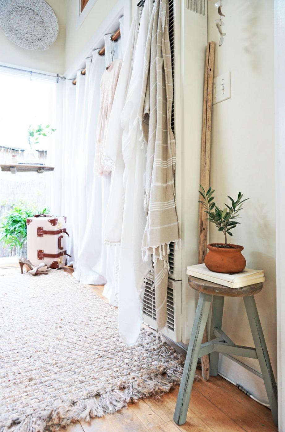 Το λευκό χρώμα στους τοίχους μεγαλώνει τον χώρο αλλά θα μπορούσε να χρησιμοποιηθεί επίσης και μια παλ απόχρωση.