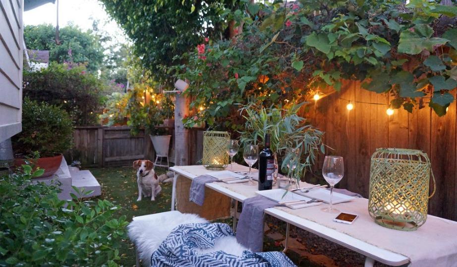 Ένα μεγάλο τραπέζι στην πίσω αυλή χρησιμοποιείται για πάρτι αλλά και δείπνα με φίλους.
