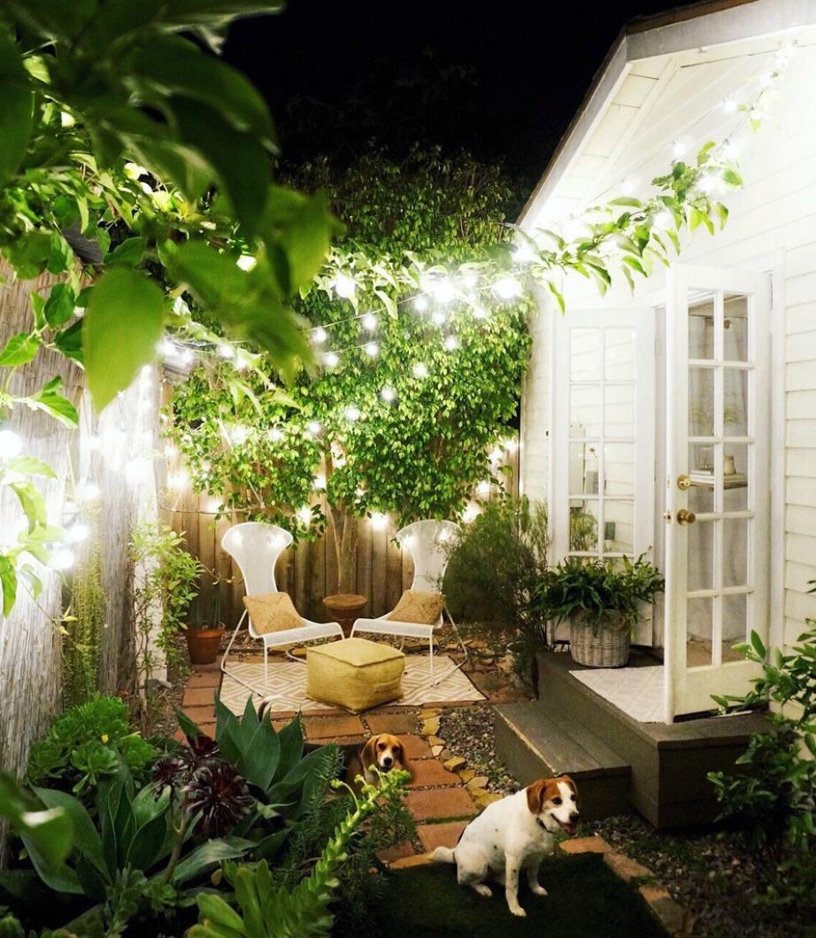 Η είσοδος του σπιτιού αλλά και η πίσω αυλή είναι έξυπνα διακοσμημένα για να φαίνεται ο χώρος του σπιτιού πιο μεγάλος.