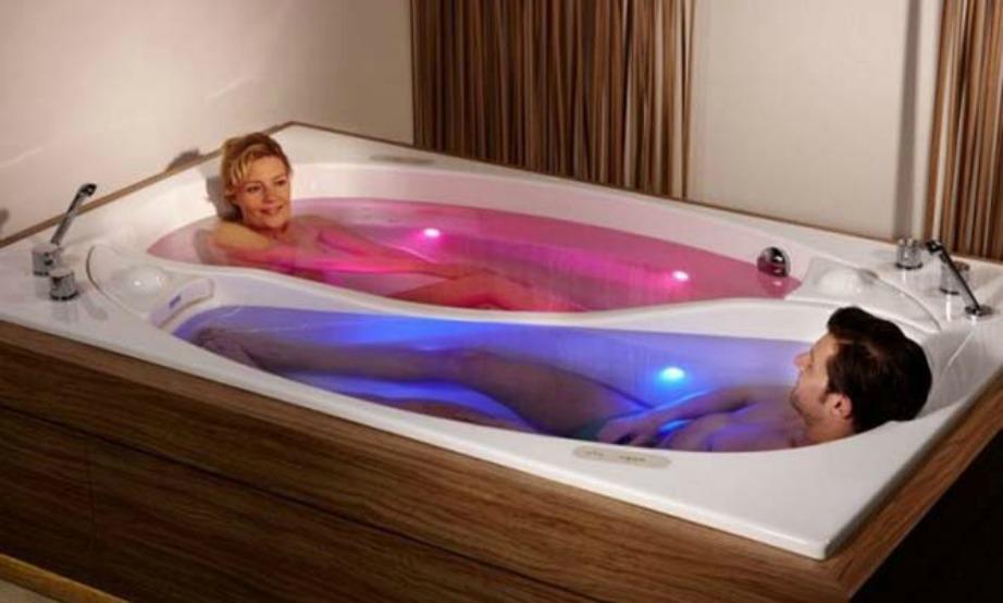Αν θέλετε να μοιράζεστε ακόμα και το μπάνιο σας, τότε αυτή η μπανιέρα είναι ό,τι πρέπει για εσάς.