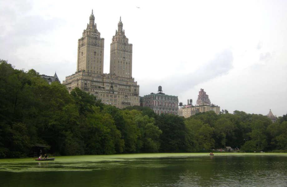 Το ιστορικό κτίριο σχεδιάστηκε το 1925 από τον αρχιτέκτονα Emery Roth και ανακαινίστηκε το 1975.
