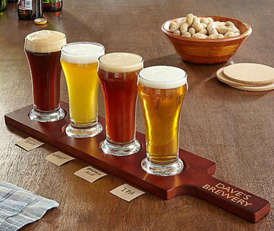 Ένας δίσκος και 4 ποτήρια μπύρας είναι ό,τι πρέπει για τους λάτρεις της μπύρας.