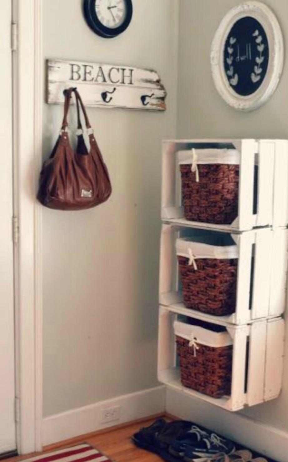Δείτε πόσο εύκολα μπορείτε να φτιάξετε μία αυτοσχέδια «συρταριέρα» με καφάσια και καλάθια.