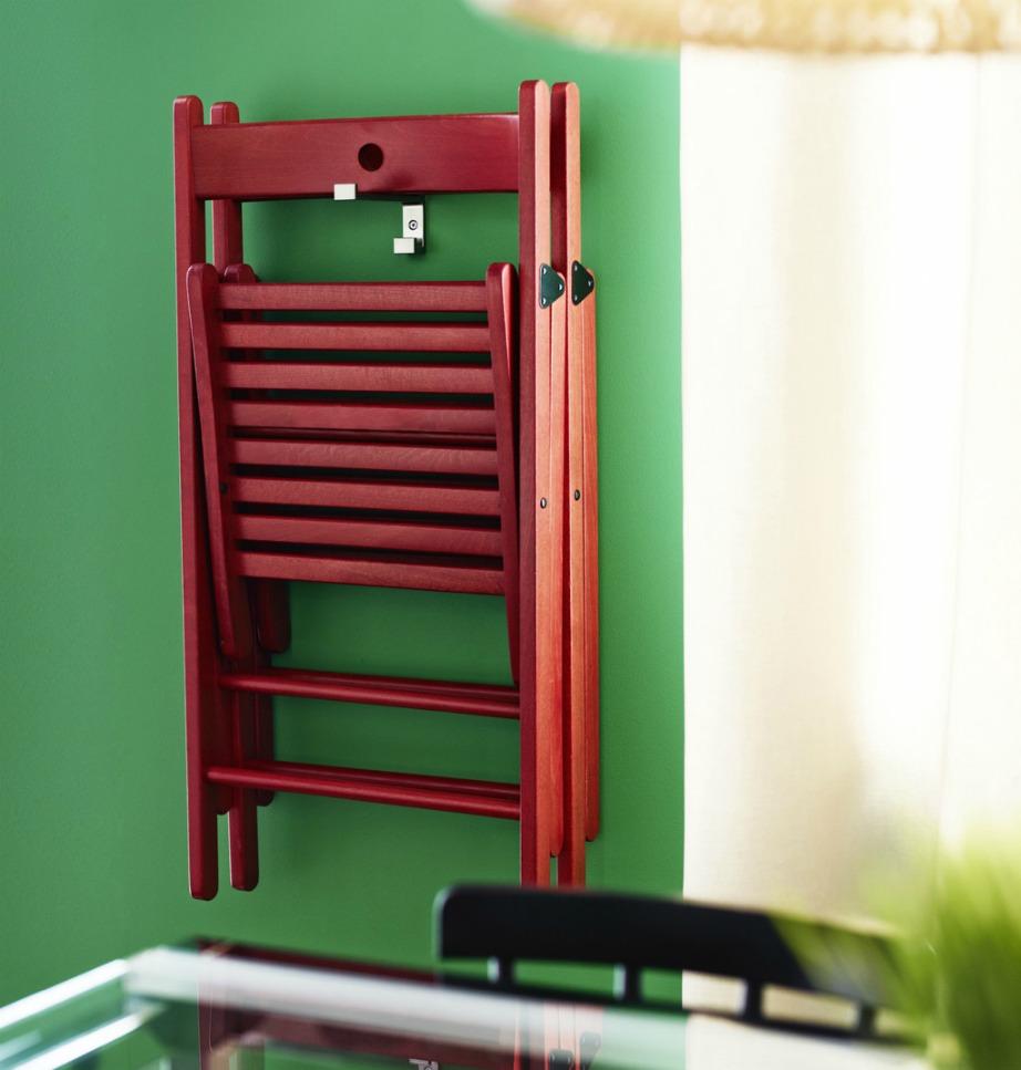 Κρεμάστε τις καρέκλες σας στον τοίχο της εισόδου για να εξοικονομήσετε χώρο.