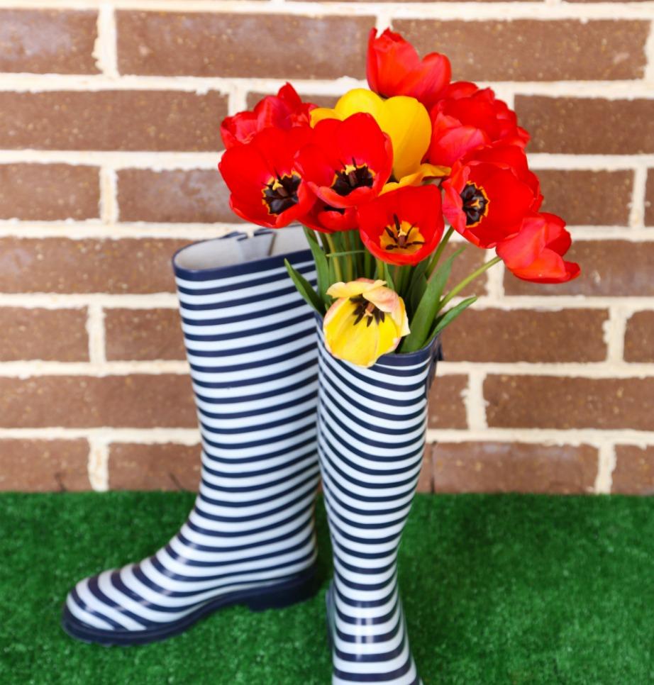 Χρησιμοποιήστε τις γαλότσες ως βάζα για λουλούδια.