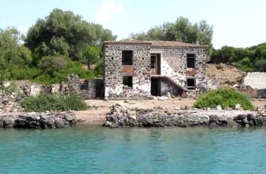 Σε ένα από τα νησάκια υπάρχουν απομεινάρια παλαιότερων οικισμών.