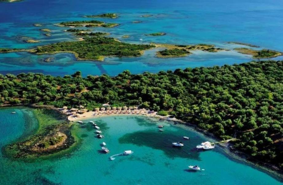 Τα νησάκια έχουν εξωτικές παραλίες με τιρκουάζ νερά.