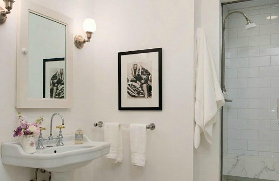 Στο μπάνιο κυριαρχεί το λευκό χρώμα.