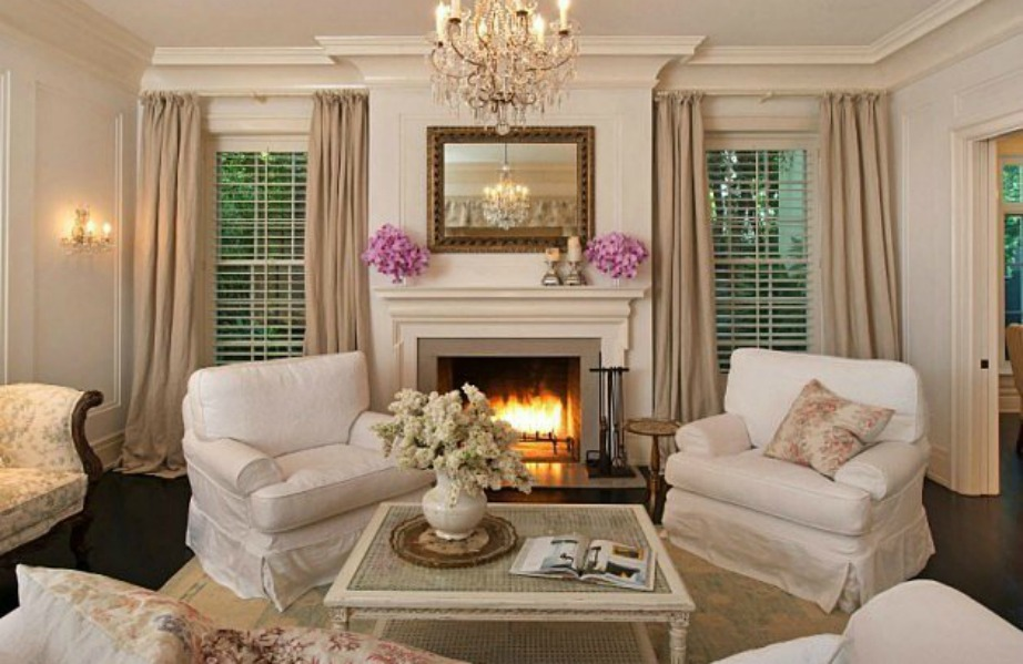 Το σαλόνι δείχνει πιο ζωντανό με αυτές τις όμορφες ανθοδέσμες πάνω στο τζάκι.