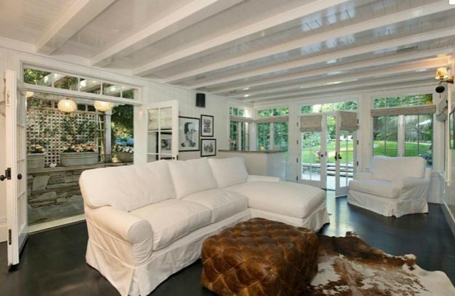 Οι καναπέδες χαλάνε τη διακόσμηση όλου του χώρου.