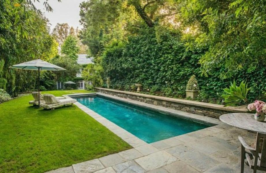 Η μακρόστενη πισίνα βρίσκεται μέσα σε πανέμορφους κήπους.