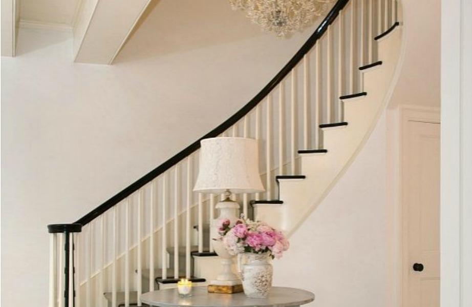 Η σκάλα έχει διακοσμηθεί με ένα τραπεζάκι με φωτιστικό και φρέσκα λουλούδια.