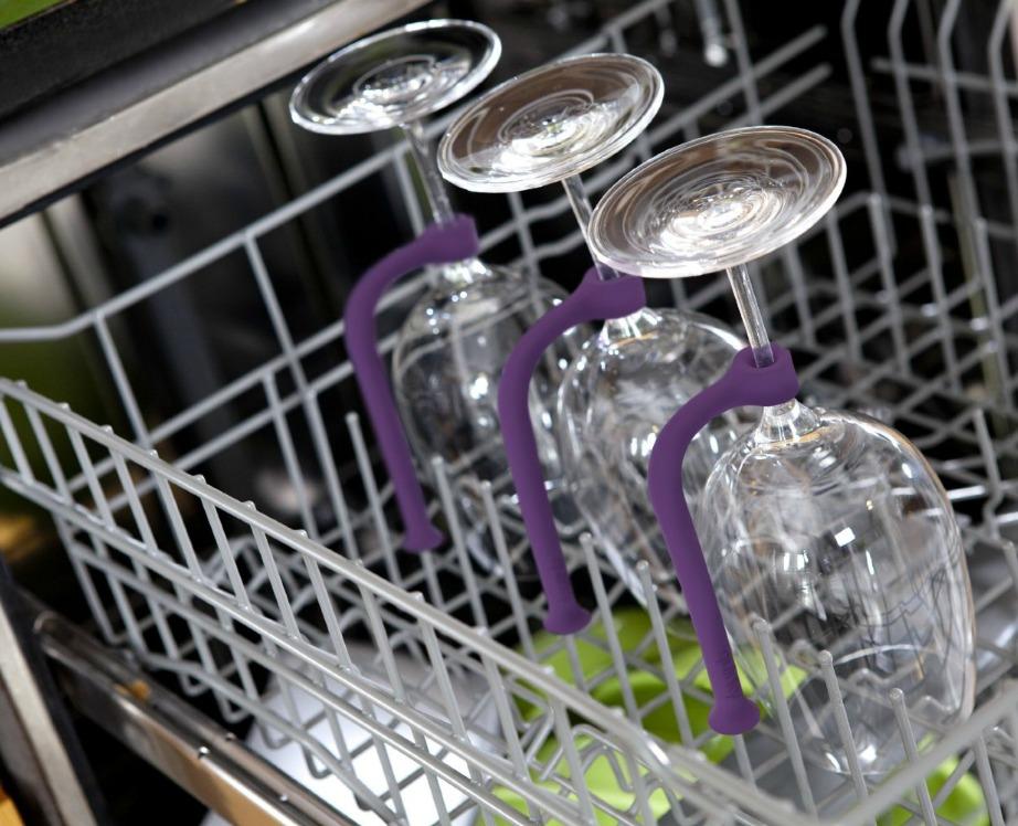 Μην βάζετε λαστιχάκια για να στηρίξετε τα ποτήρια του κρασιού μέσα στο πλυντήριο πιάτων. Αν φοβάστε μην σπάσουν αγοράστε ειδικά πλαστικά στηρίγματα σαν αυτά της εικόνας.