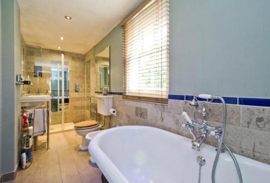 Το ένα από τα μπάνια του σπιτιού είναι μακρόστενο και αρκετά απλό.