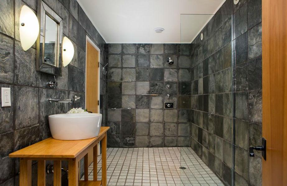 Το υπέροχο μπάνιο του μάστερ υπνοδωματίου.