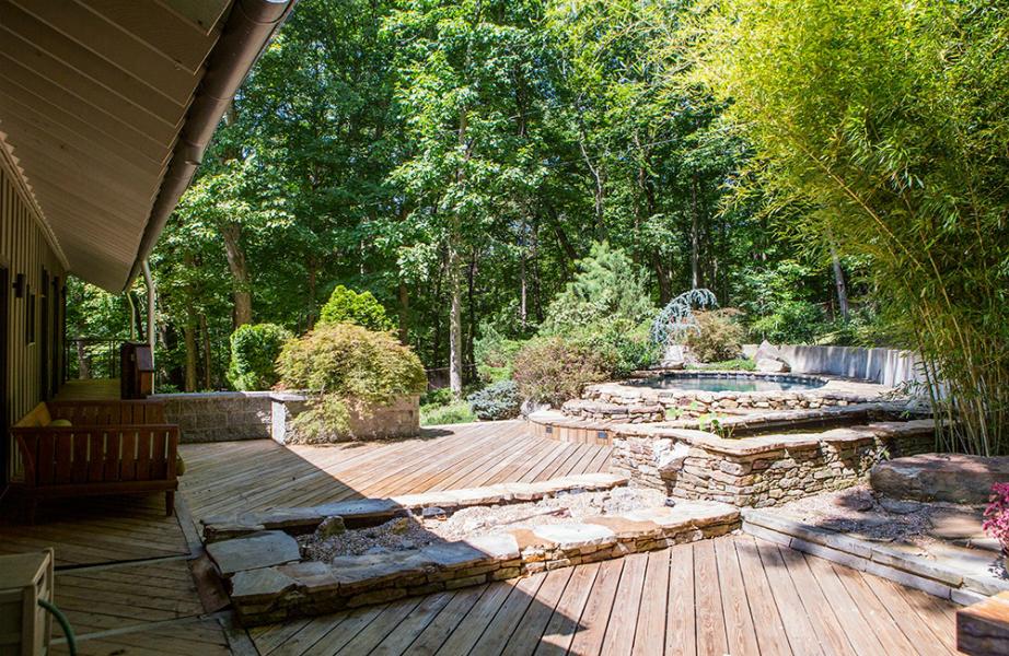 Μη μας πείτε ότι η αυλή της Kesha δεν μοιάζει με spa!