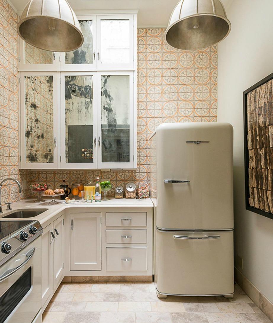 Μην γεμίζετε το ψυγείο σας εξωτερικά με πράγματα γιατί τότε όλη η κουζίνα δείχνει παραφορτωμένη.