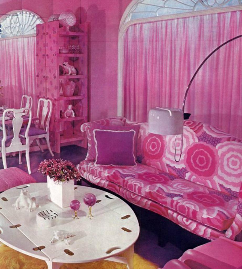 Ωραίο το ροζ χρώμα αλλά στη διακόσμηση του σπιτιού σας καλύτερα να μπει σαν πινελιές και όχι σαν κυρίαρχο χρώμα στο σαλόνι σας.