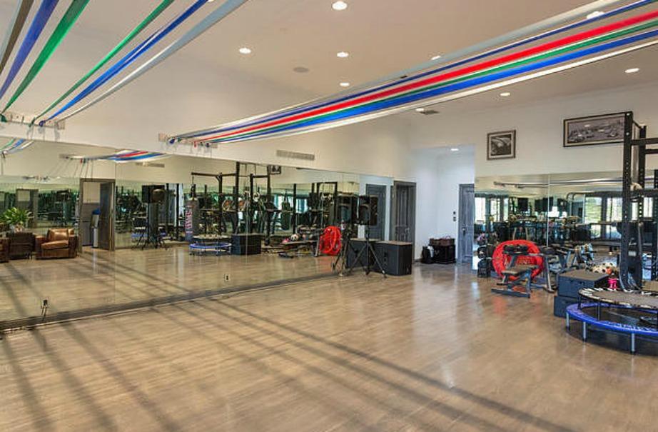 Ποιος δε θα ήθελε να δοκιμάζει τις χορευτικές του φιγούρες σε αυτό το όμορφο dance studio;