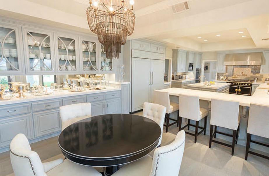 Πλέον είναι στη μόδα τα ανοιχτά ντουλάπια κουζίνας ή αυτά που έχουν γυάλινες πόρτες ώστε να φαίνεται τι υπάρχει στο εσωτερικό τους.