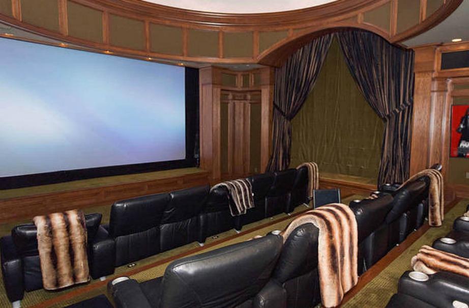 Το σπίτι διαθέτει ιδιωτικό κινηματογράφο.