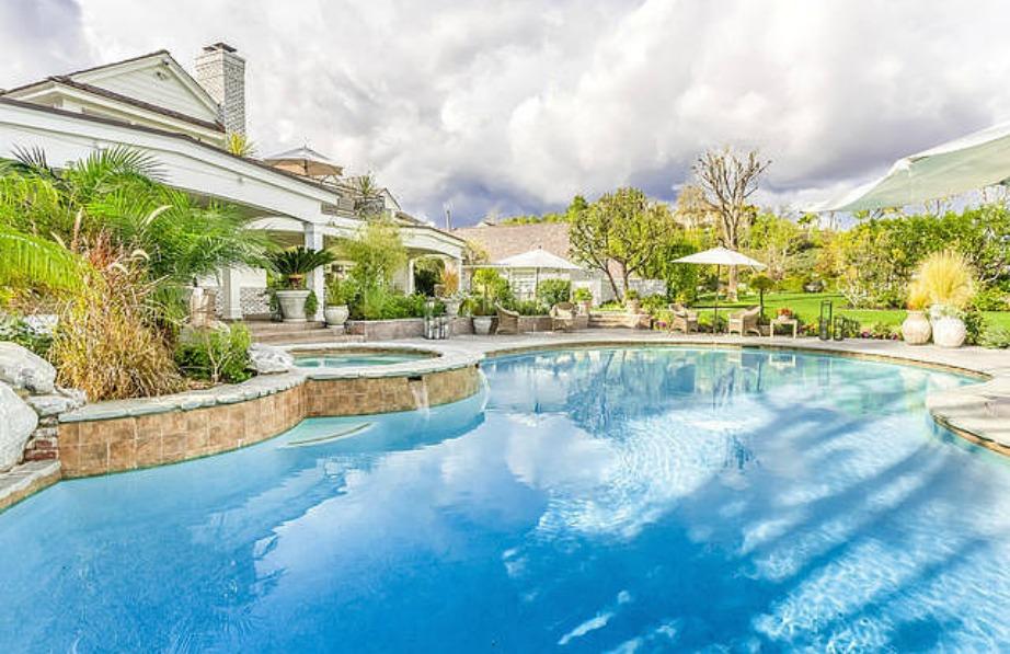 Η τεράστια πισίνα καλύπτει μεγάλη έκταση και στον γύρω χώρο υπάρχει σπα αλλά και αίθουσα μασάζ.