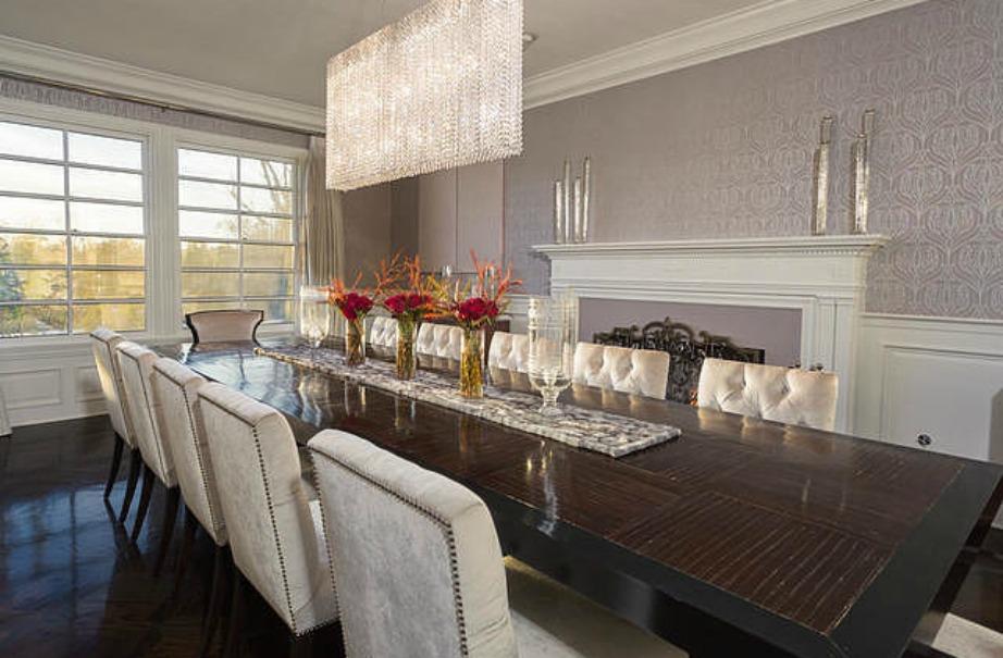 Μεγάλο τραπέζι στην τραπεζαρία σημαίνει μεγάλα δείπνα με αγαπημένους φίλους. Φτιάξτε το σπίτι σας με βάση αυτά που θέλετε να πετύχετε στην καθημερινότητά σας. Αν για παράδειγμα θέλετε ένα σπίτι γεμάτο κόσμο, τότε θα πρέπει να διακοσμήσετε με μεγάλα τραπέζια και μεγάλους καναπέδες.