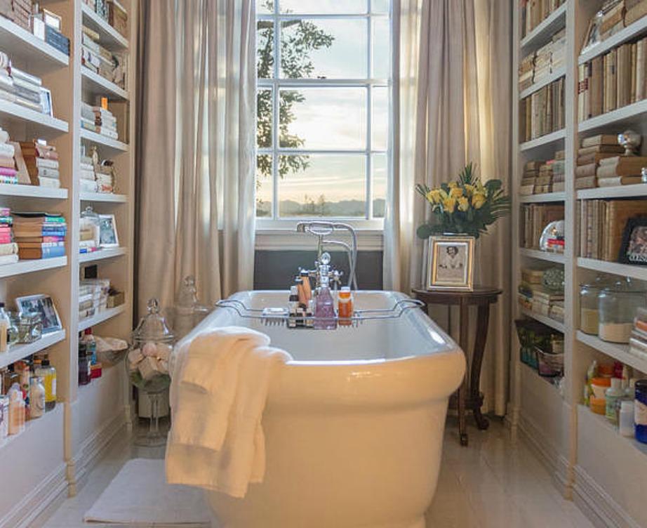 Δεξιά και αριστερά της μπανιέρας υπάρχουν αρκετά βιβλία για να διαβάζει η οικογένεια όταν χαλαρώνει κάνοντας το μπάνιο της.