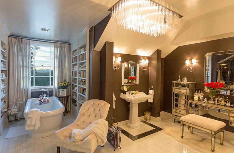 Το μπάνιο είναι βαμμένο σε δύο διαφορετικές αποχρώσεις για να ξεχωρίζουν οι δύο χώροι μεταξύ τους.