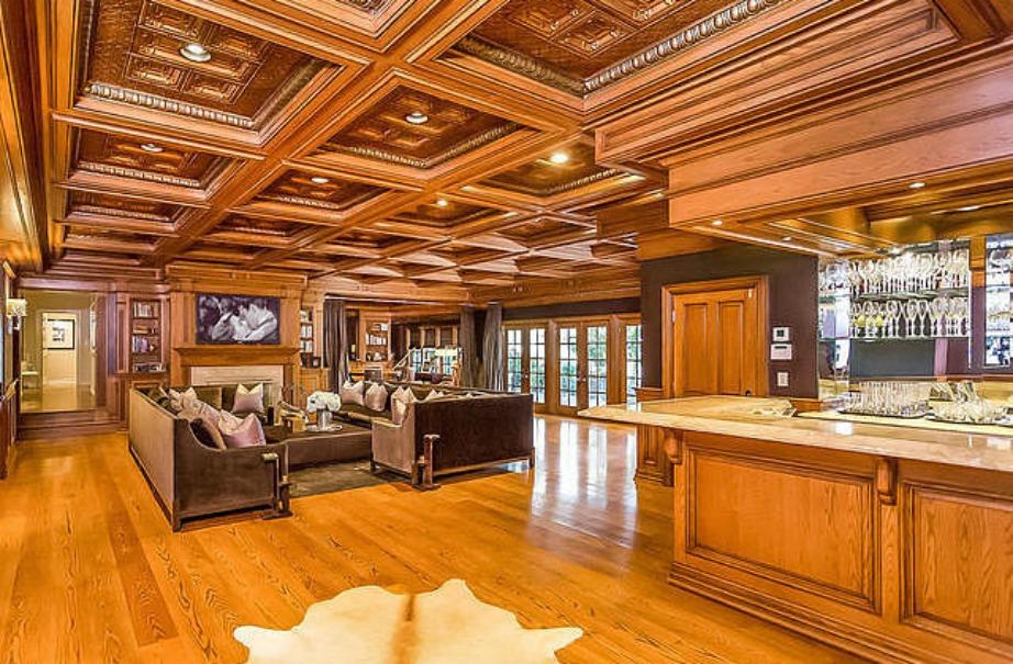 Το μεγάλο μπαρ του σπιτιού βρίσκεται σε έναν μεγάλο χώρο όπου διοργανώνονται και τα πάρτι.