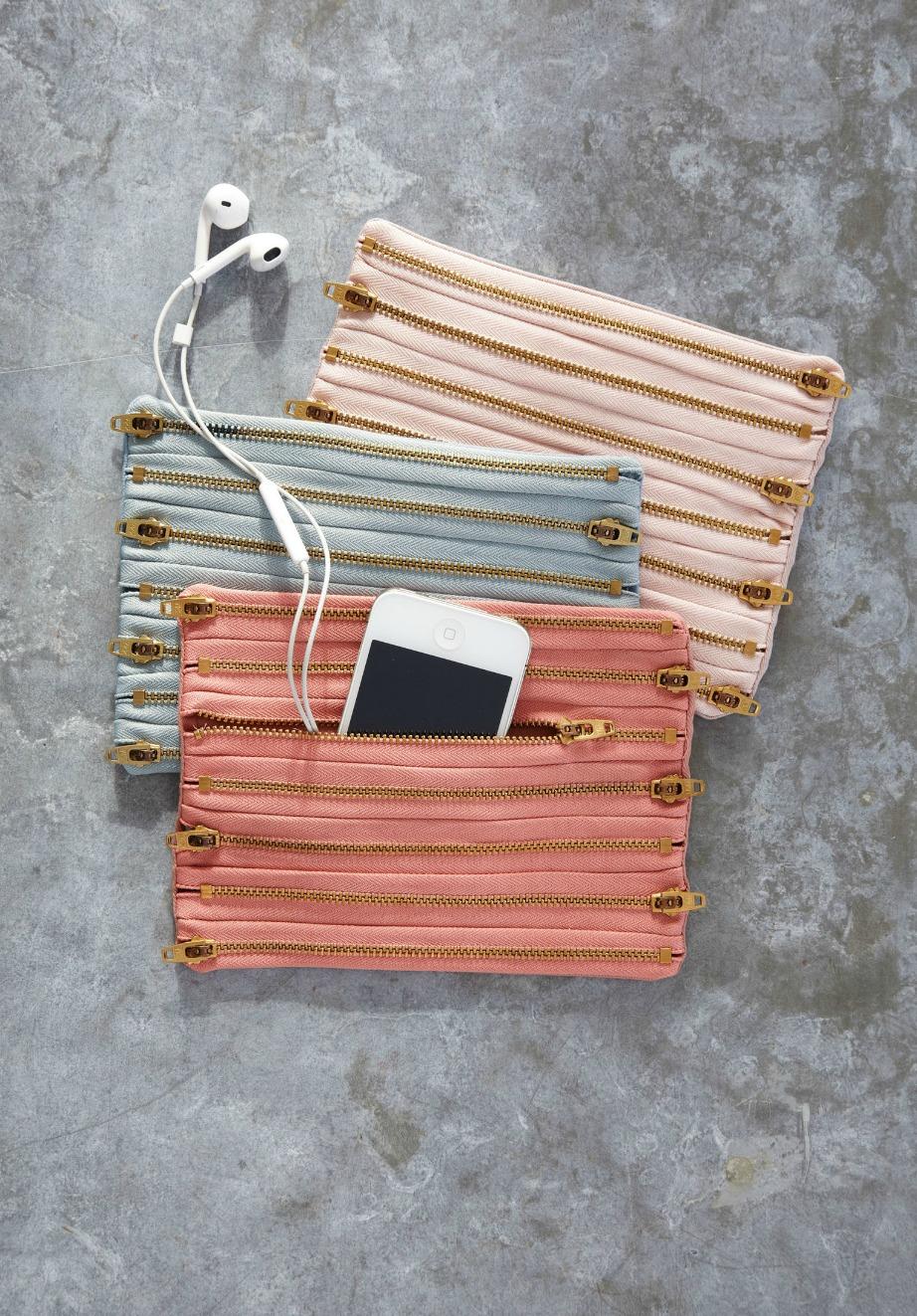Χρησιμοποιώντας απλά φερμυάρ και ένα κομμάτι ύφασμα μπορείτε να φτιάξετε αυτό το υπέροχο τσαντάκι κινητού.