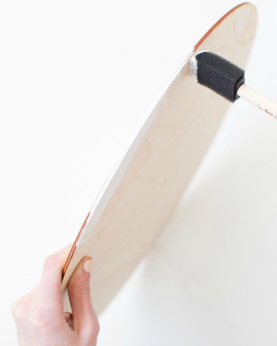Αγοράστε ξύλινες λεπτές πλάκες και βάψτε τις λευκές.