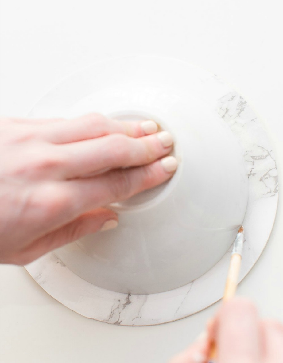 Σχεδιάστε έναν κύκλο χρησιμοποιώντας ένα πινελάκι και το ειδικό υγρό.